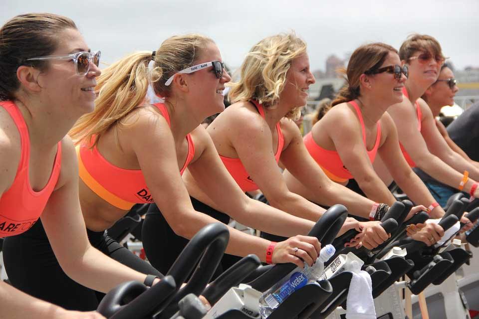 Frauen unterstützen sich gegenseitig, auch beim Bewegungstraining in der Reha