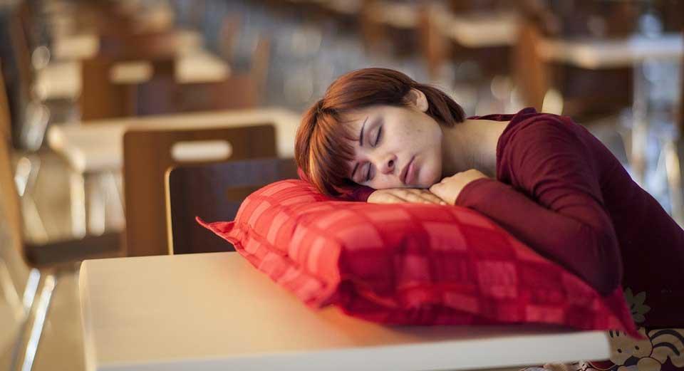 Blutdruck niedrig, schlafen nach Mittagessen