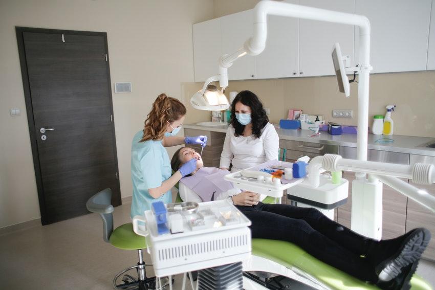 Zahnarzt setzt eine Composite Zahnfüllung