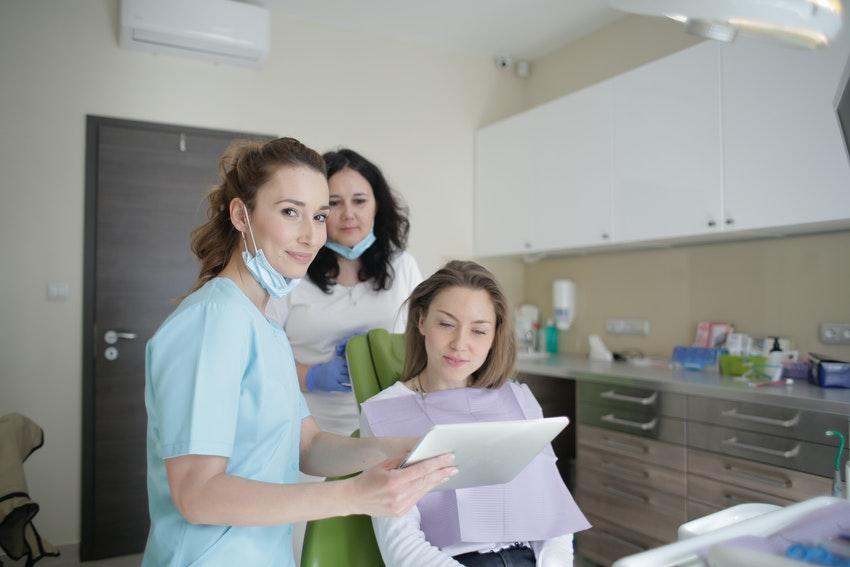 Die Zahnarztbehandlung von einer Teilkrone