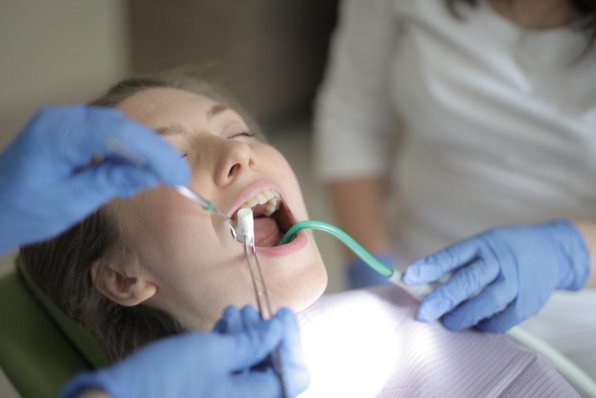 Der Zahnarzt setzt eine Wurzelfüllung