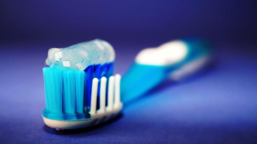 Zähneputzen ist der erste Schritt, der Zahnprophylaxe